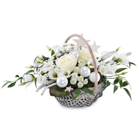 Weihnachtskorb mit weißen Blüten